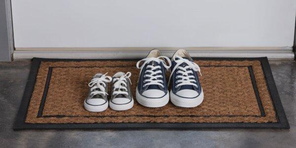 Capa - Tirar os sapatos para entrar em casa: conheça esse hábito e os motivos para praticá-lo