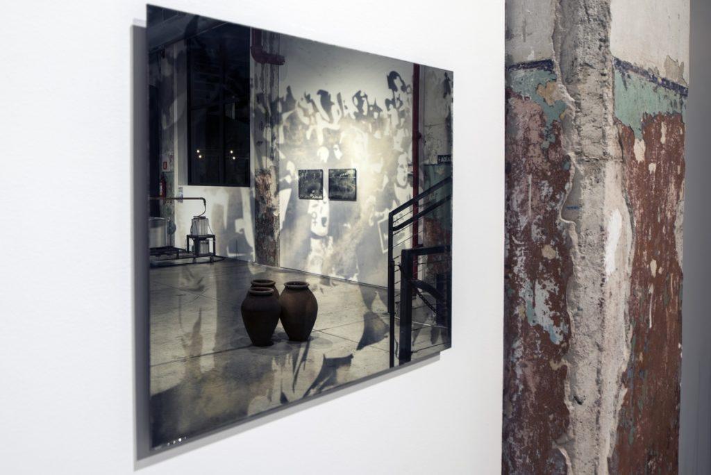 Espelhos com fotografias do noticiário recente brasileiro impressas, trabalho de Carol Cordeiro   Foto: Lost Art / Red Bull Content Pool