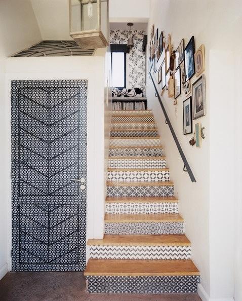 Escada com Padrão Geométrico