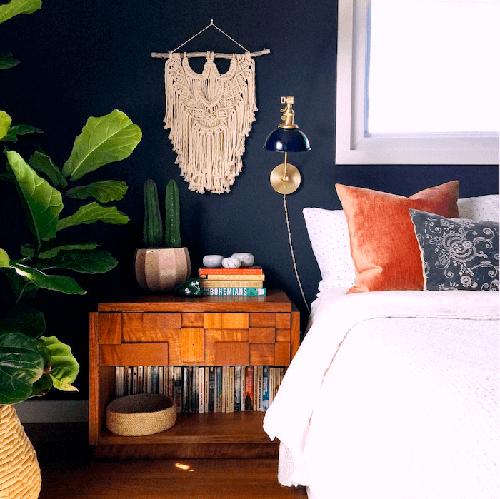 decorar um apartamento alugado - parede azul escuro