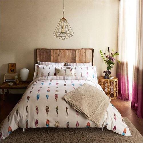 decorar um apartamento alugado - tapete, cortinas e almofadas no quarto