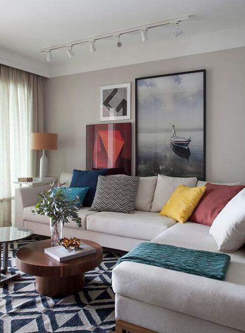 decorar um apartamento alugado - tapete, cortinas e almofadas