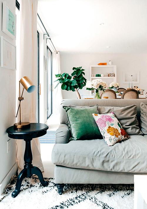 decorar um apartamento alugado - use tapetes, almofadas e cortinas