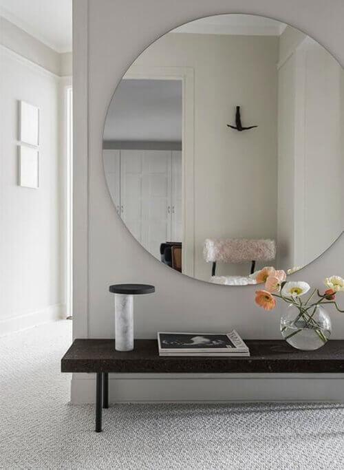 decorar uma apartamento alugado - espelho redondo no hall de entrada