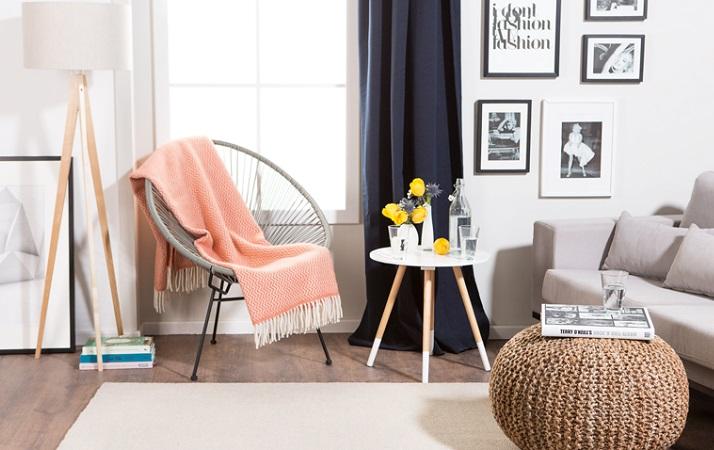 decorar um apartamento alugado - use tapetes, cortinas e almofadas na sala de estar
