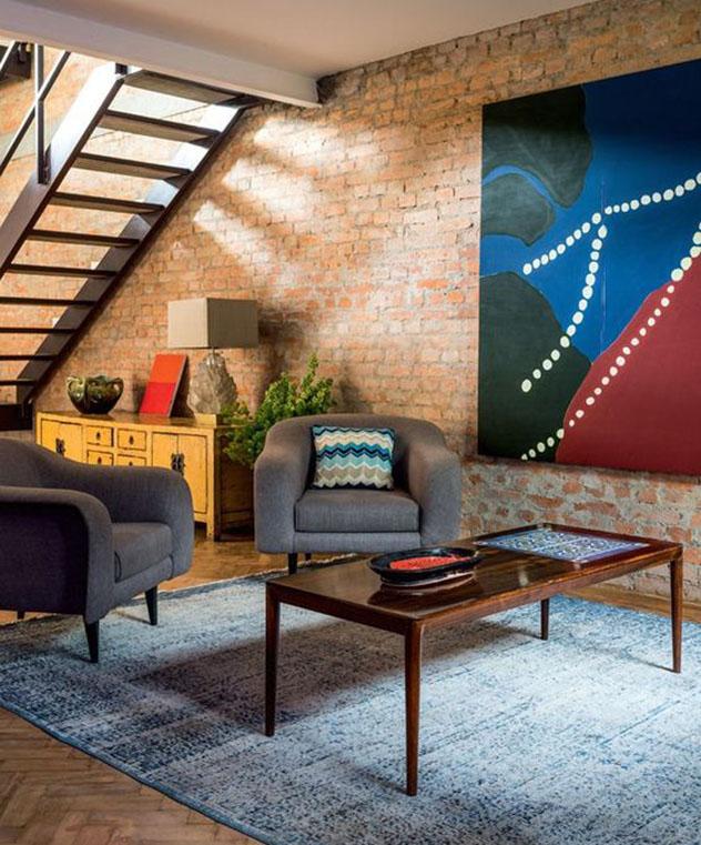 Duas poltronas decorativas iguais compõe com harmonia seu décor