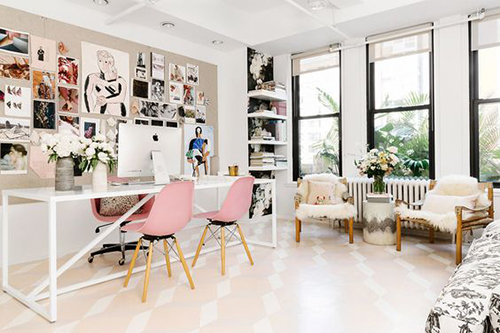 Decoração de escritório com móveis confortáveis