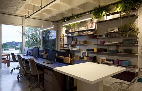Decoração de escritório com prateleiras