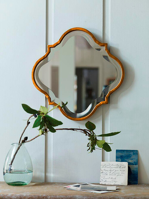espelho vintage com bisote e moldura de madeira