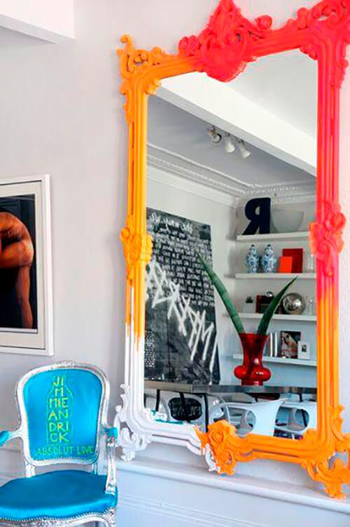 espelho com moldura barroca colorido