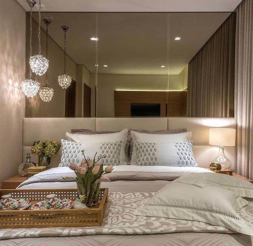 espelho decorativo na cabeceira da cama