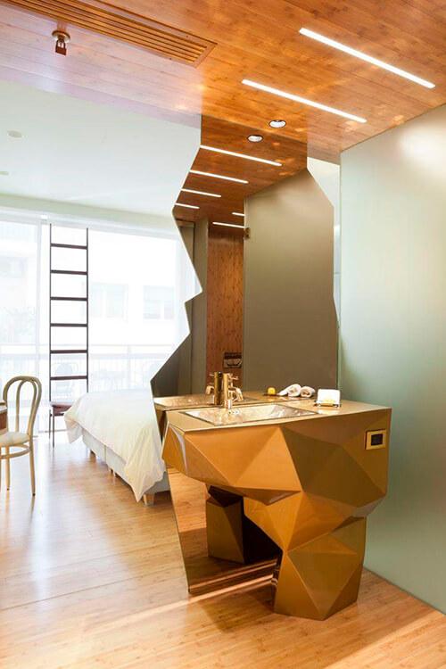 espelho divide o ambiente do apartamento pequeno