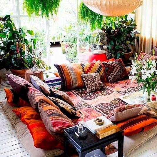 Novo boho chic - sala com tapete e almofadas