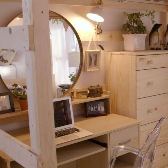 Estilo de decoração com Espelho Redondo Wood e Cadeira Ghost - LIV Decora