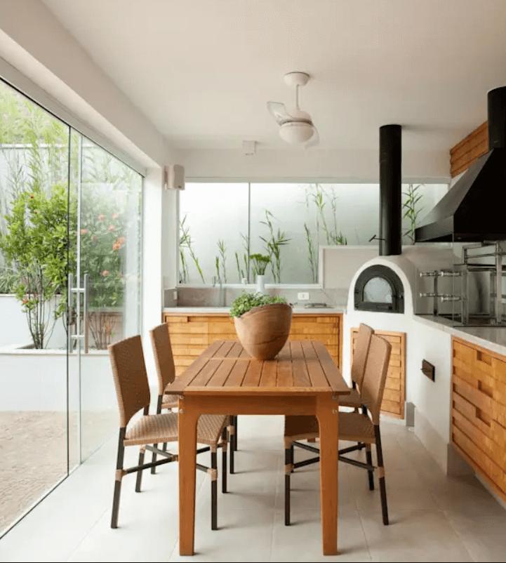área de lazer pequena - mesa de madeira